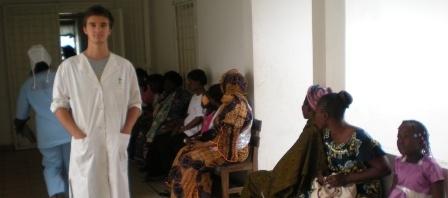 File d'attente pour soins et dépistage dans un hôpital au Cameroun